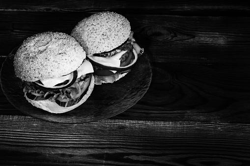흑백에서의 두 햄버거 0명에 대한 스톡 사진 및 기타 이미지