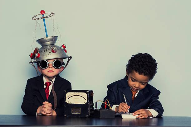 zwei business-jungen mehr ideen und geist helm - gedanken lesen stock-fotos und bilder