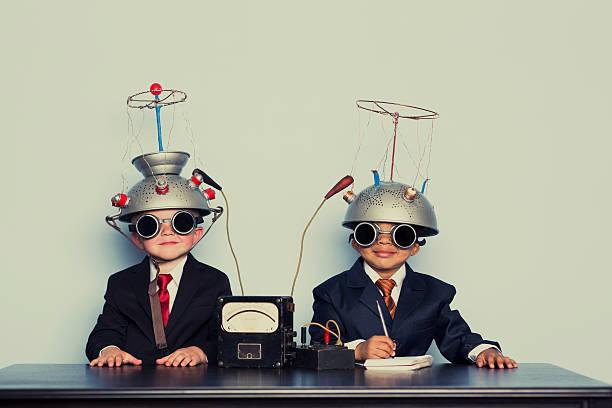 zwei business-jungen mit geist lesung helme - gedanken lesen stock-fotos und bilder