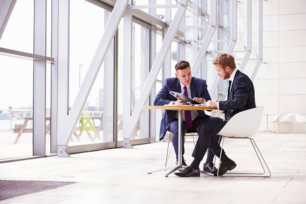 2 つのビジネスのお仕事仲間とのミーティングに現代的なオフィスのインテリア ストックフォト
