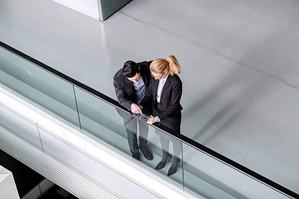 Zwei Business-Kollegen mit tablet PC in modernen lobby – Foto