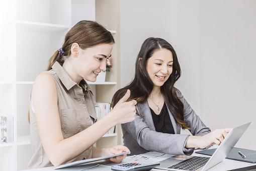 Работа хорошая для девушки дресс код для девушек на работе