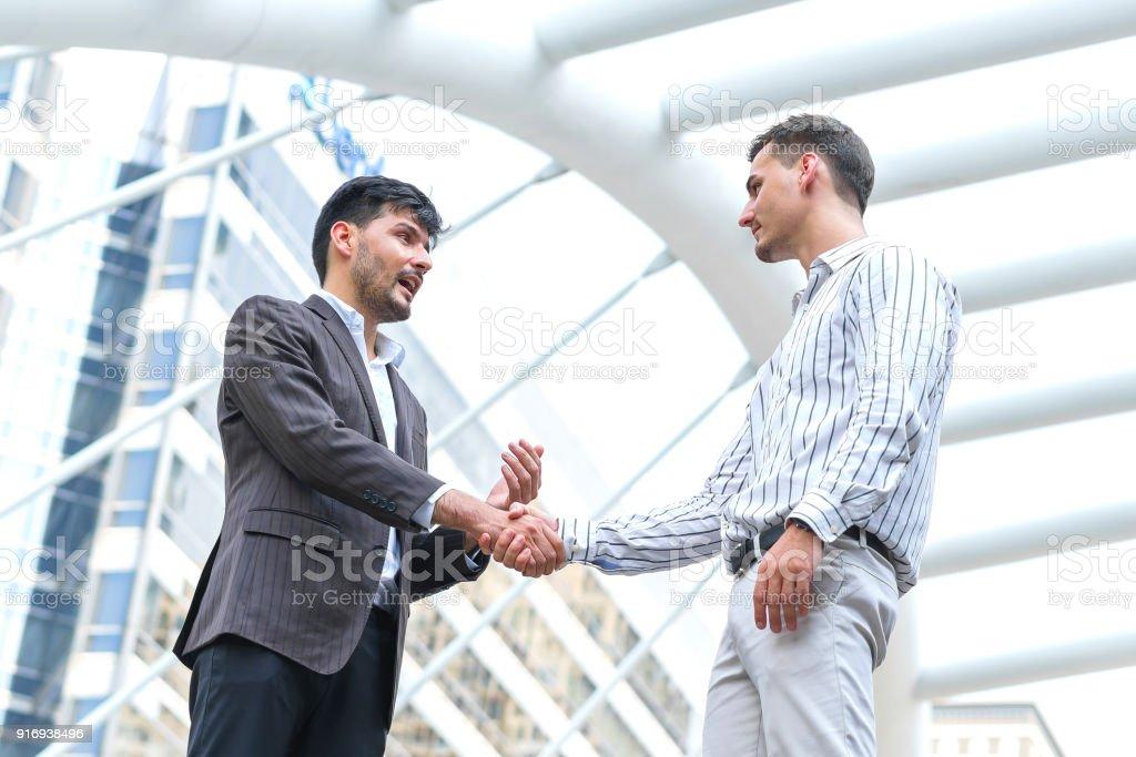 rencontre un homme serré chronique datant il faut deux