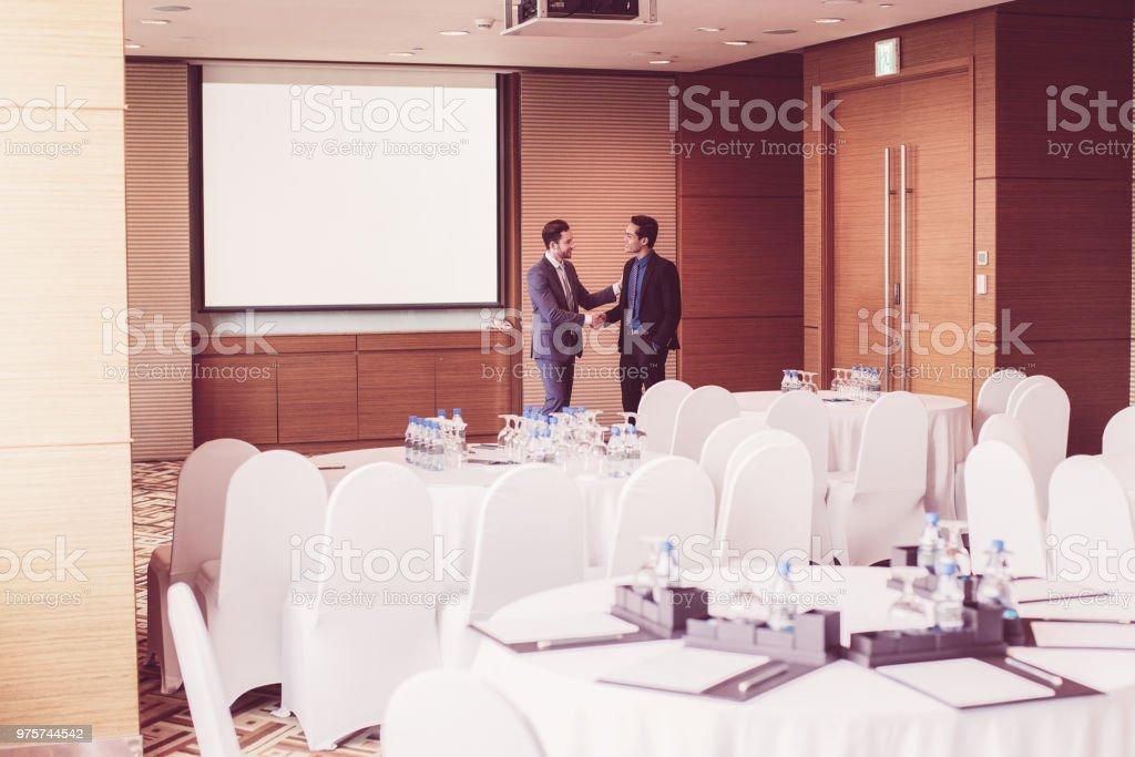 Zwei Geschäftsleute Händeschütteln im Konferenzraum - Lizenzfrei Abmachung Stock-Foto