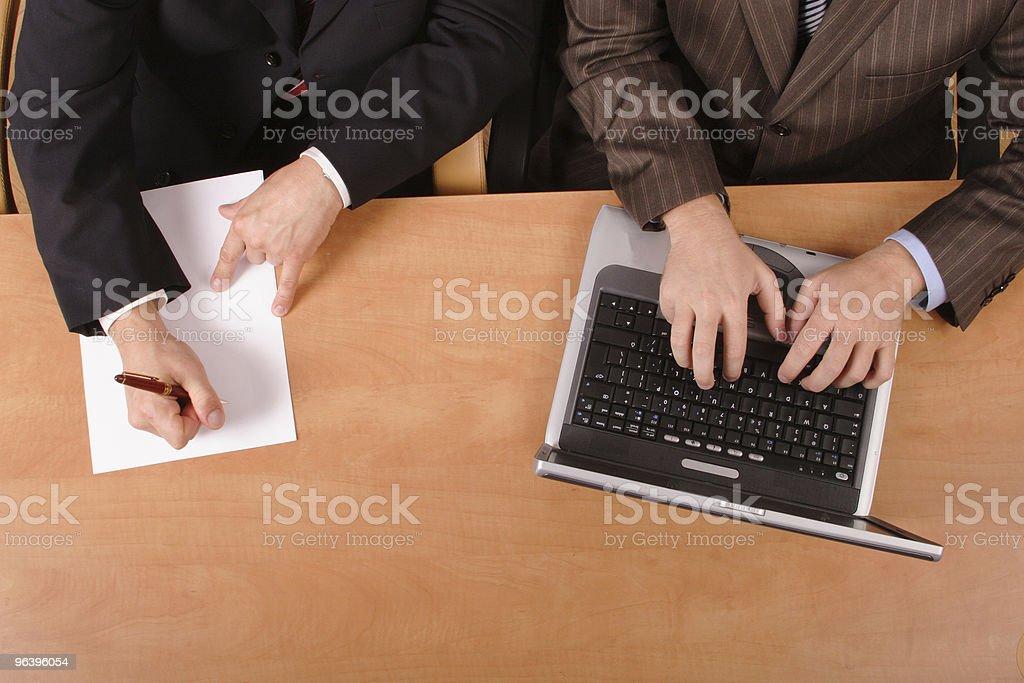 2 つのビジネスの男性のワークデスク - オフィスのロイヤリティフリーストックフォト
