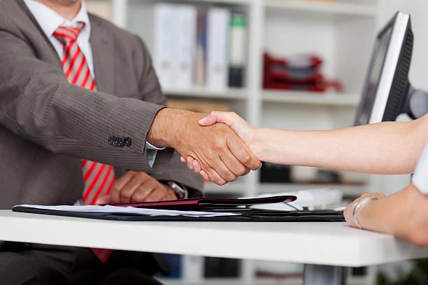 Zwei Business Partner Hände schütteln – Foto