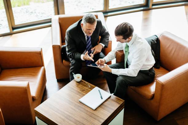 Zwei Geschäftspartner Blick auf Digital-Tablette – Foto