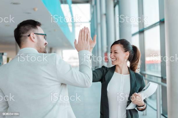 Hombrecillo De Negocio Dos Personas Trabajo Bien Hecho Foto de stock y más banco de imágenes de Adulto