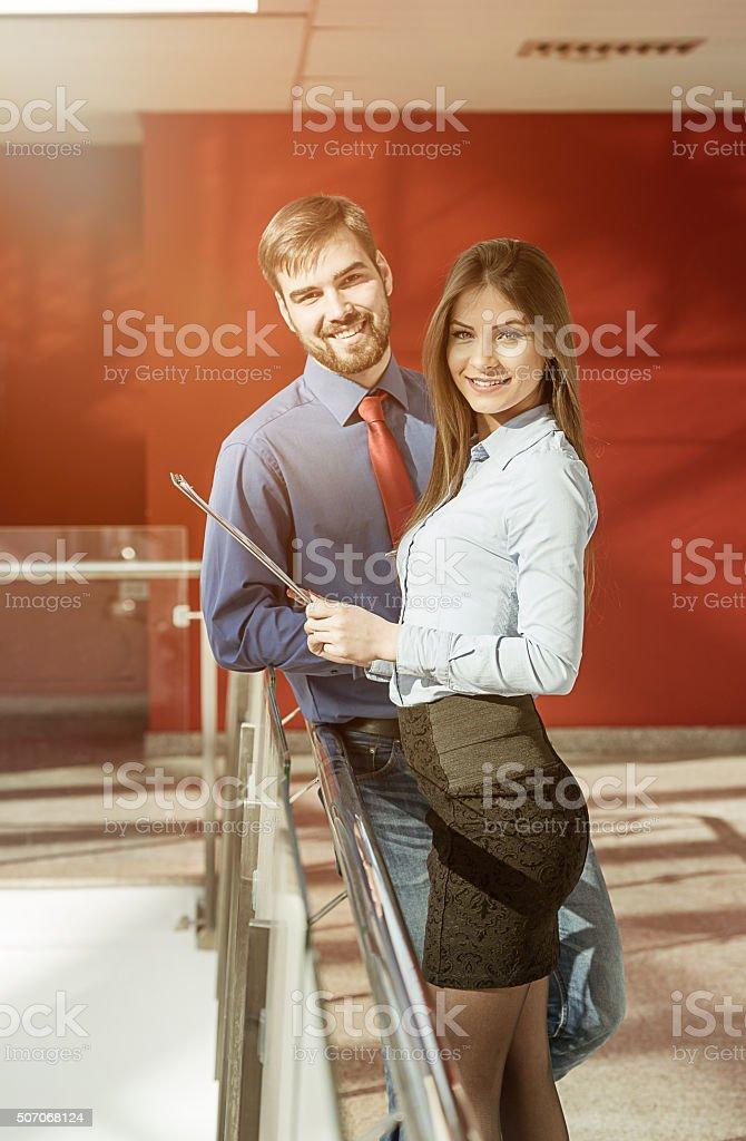 Dois empresários no escritório moderno edifício a discutir propostas de projeto - foto de acervo
