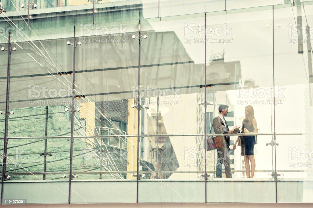 Twee zakelijke mensen op verhoogde wlakway - Royalty-free 25-29 jaar Stockfoto