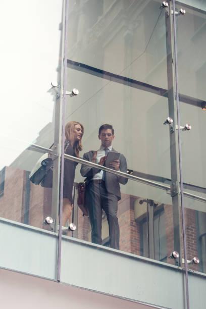 Twee zakelijke mensen op verhoogde wlakway foto