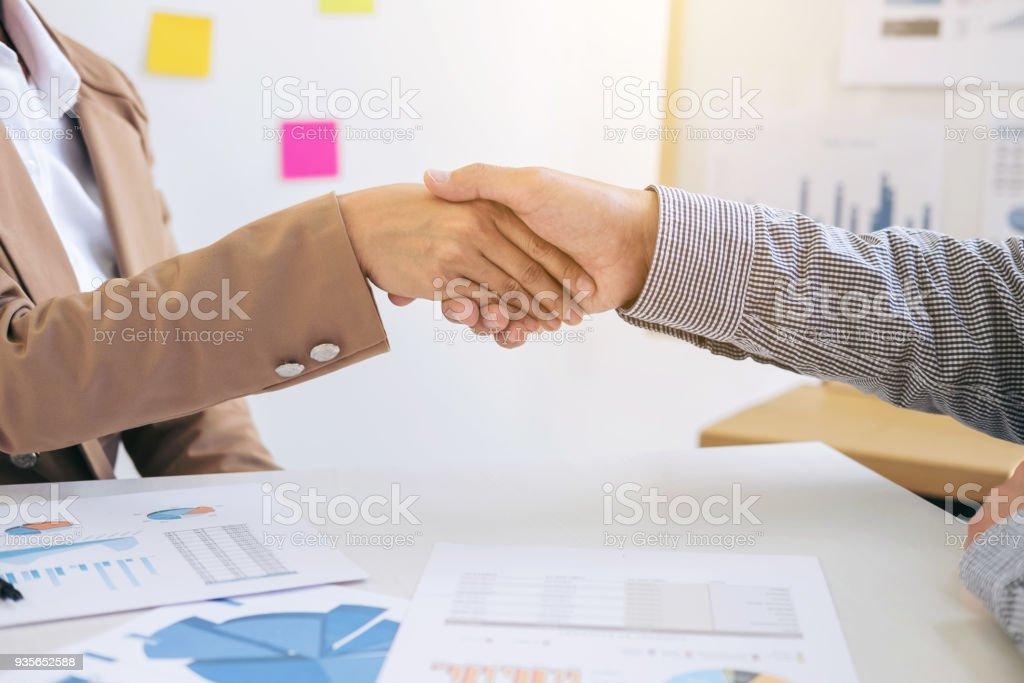 Zwei Geschäftsleute Händeschütteln Während Einer Sitzung Werden Sie ...