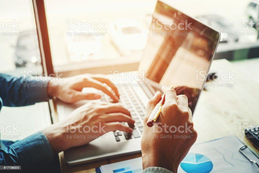 Duas pessoas de negócios, trabalhando juntos na reunião de portátil com tecnologia - foto de acervo