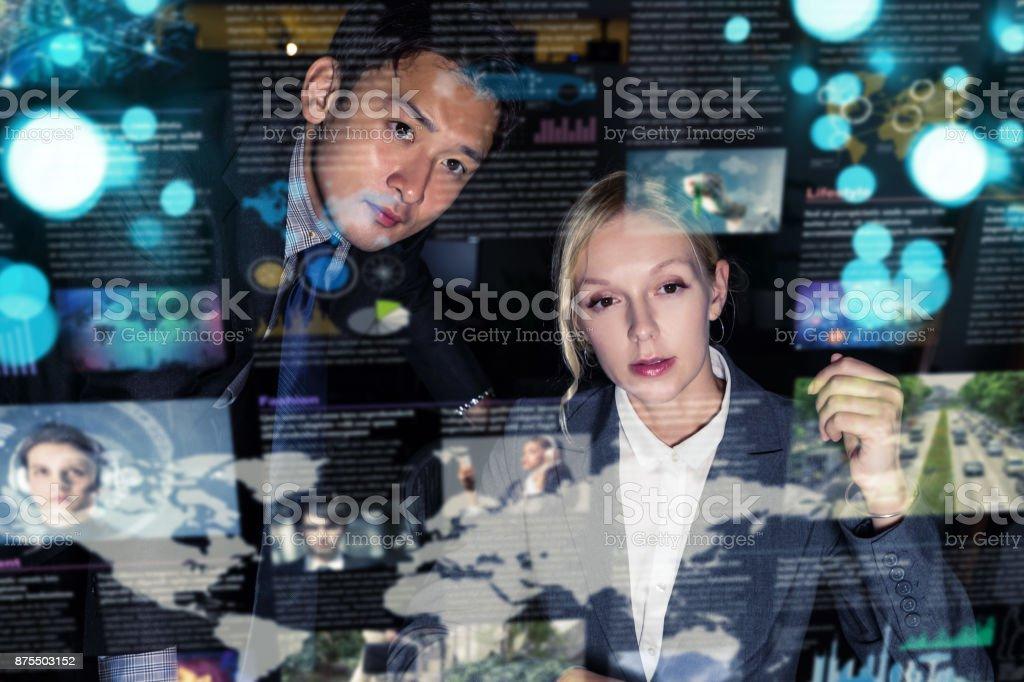 Deux hommes d'affaires devant écran futuriste. Utilisateur graphique Interface(GUI). La tête Display(HUD). Internet des objets. - Photo