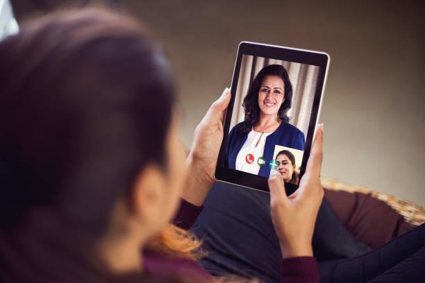 Zwei Geschäftsfrau verbindet sich auf Videoanruf – Foto