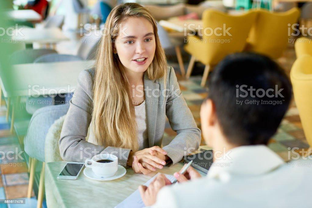 Zwei Frauen Geschäftstreffen an Cafe Tisch – Foto