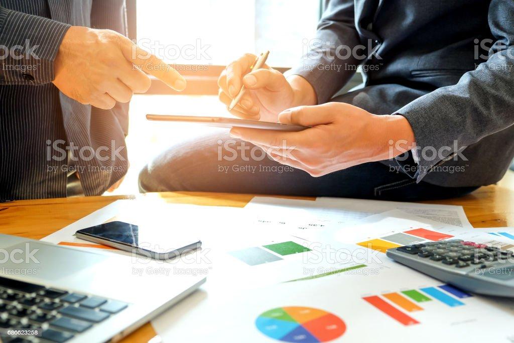Deux hommes d'affaires analysent les données avec une tablette... photo libre de droits