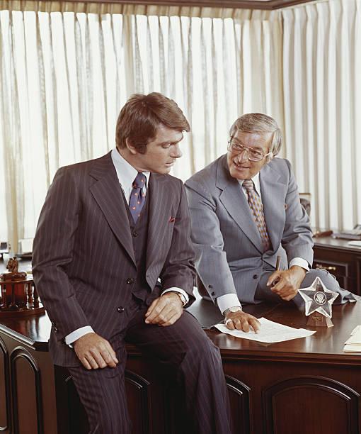 Dois homens de negócios na mesa olhando no documento - foto de acervo