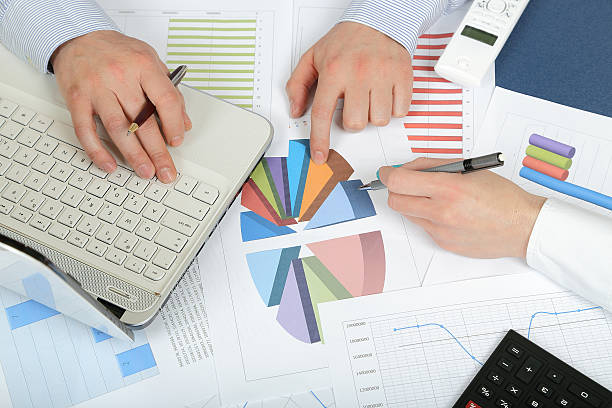 Zwei Geschäftsleute diskutieren, business plan – Foto