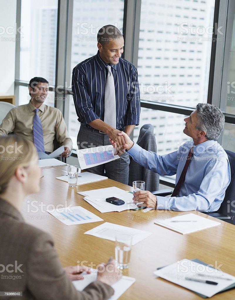 두 사업가 있는 회의실 악수 두 동료 w royalty-free 스톡 사진