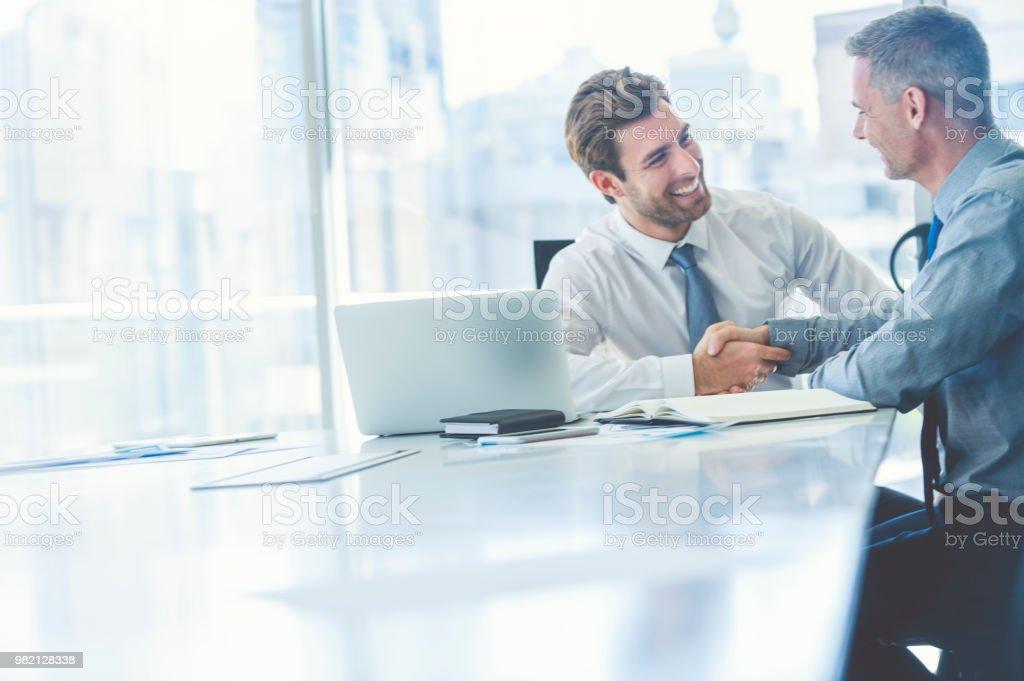 Zwei Geschäftsleute Treffen mit Technologie. – Foto