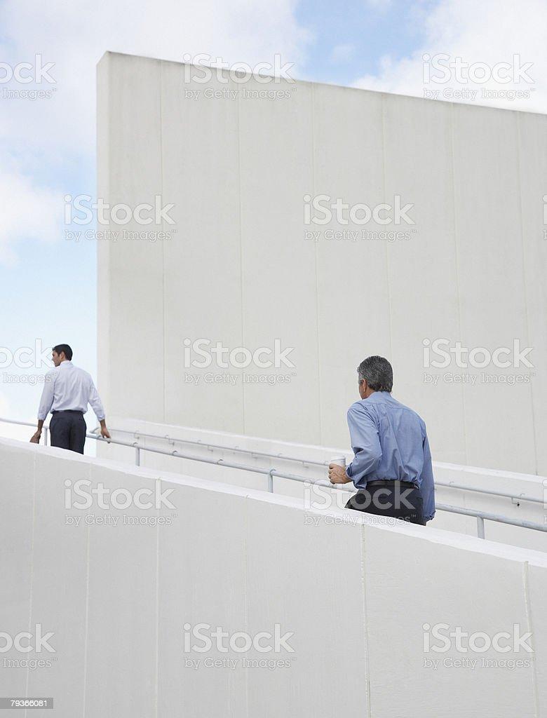 2 つのビジネスマン、屋外の階段 ロイヤリティフリーストックフォト