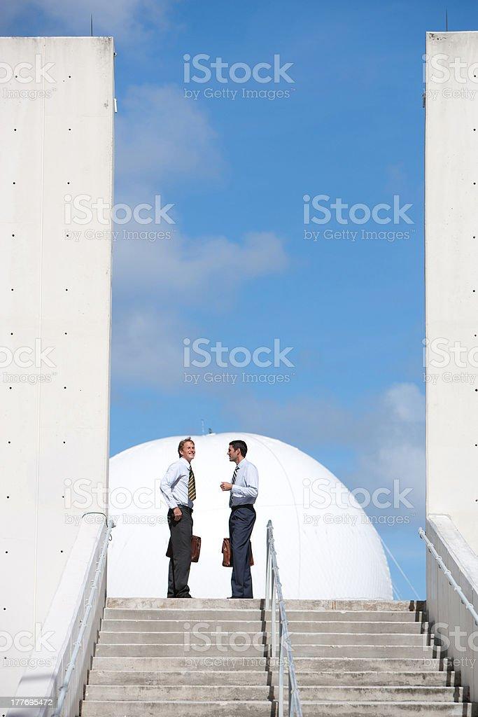 Dois empresários na escada ao ar livre - foto de acervo