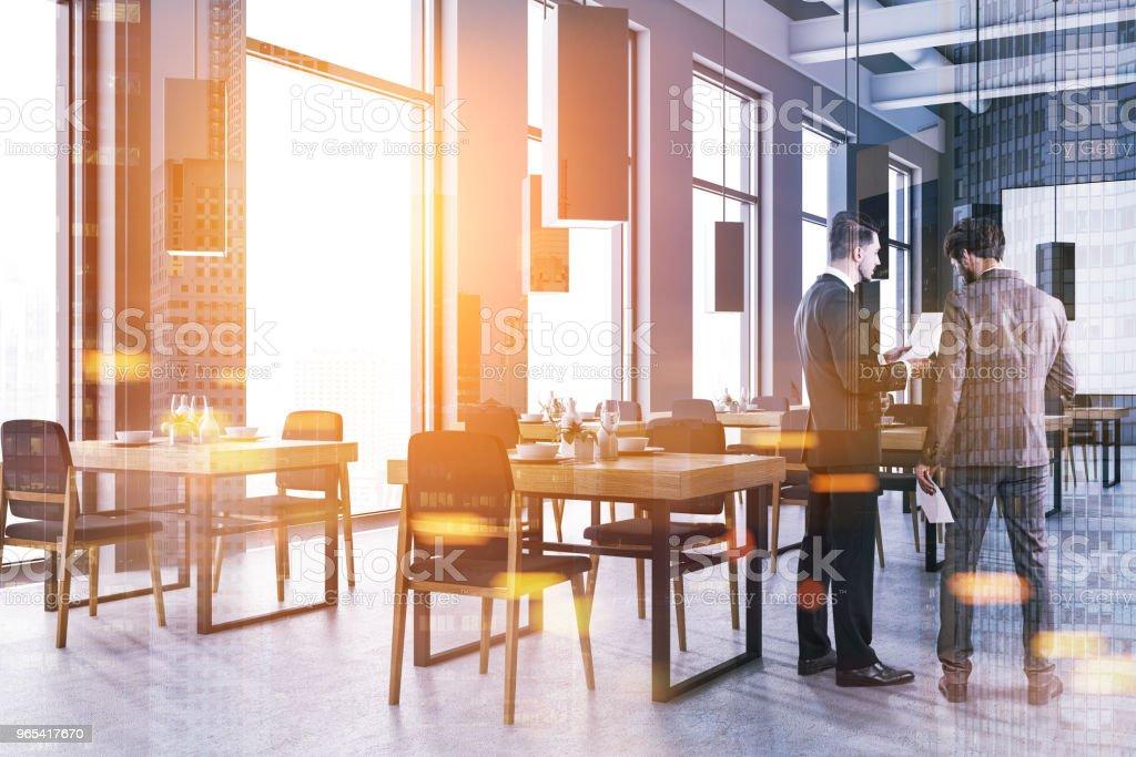 Zwei Geschäftsleute sprechen in corporate Klassenzimmer - Lizenzfrei Arbeitsstätten Stock-Foto