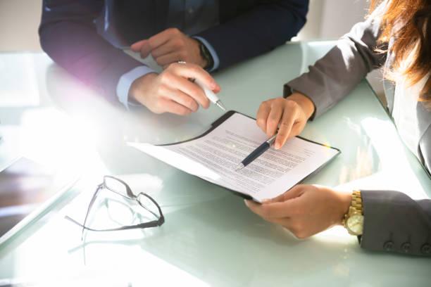dos empresarios analizar documento - abogado fotografías e imágenes de stock