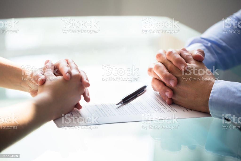 Zwei Geschäftsleute Hand mit Dokument – Foto