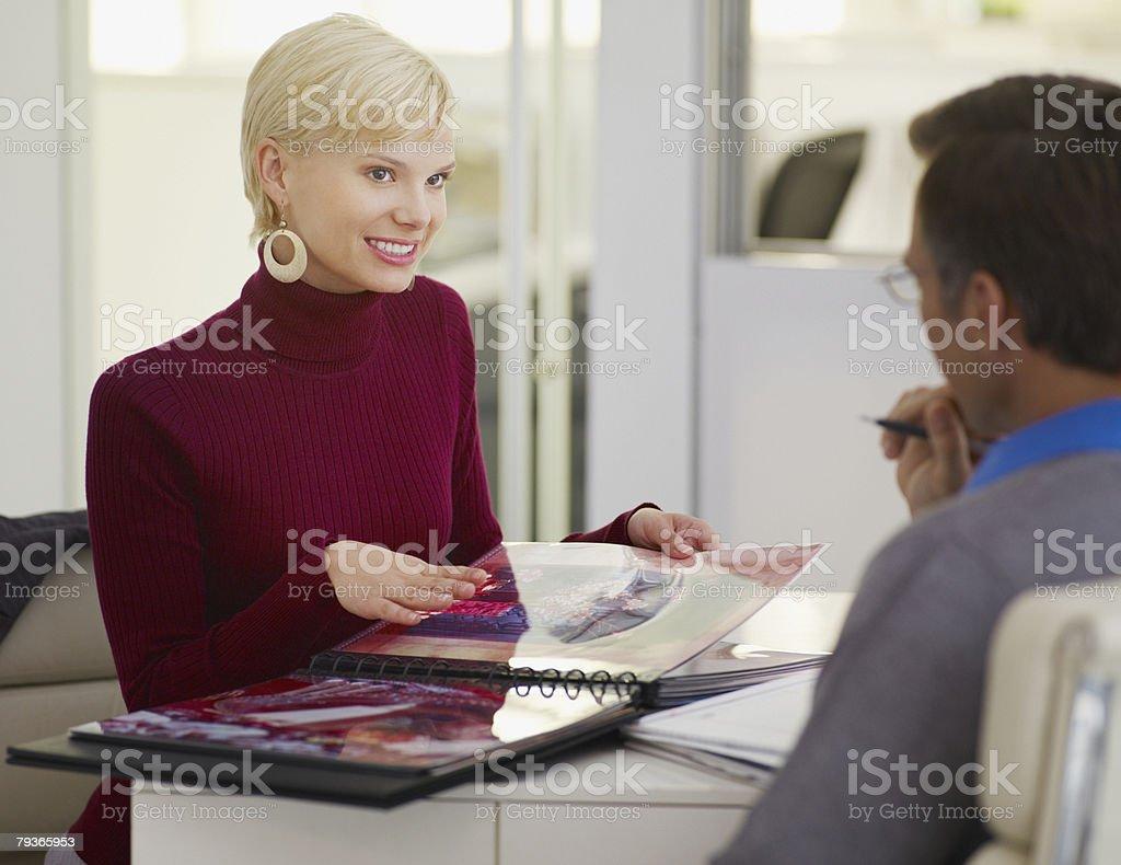 Zwei Geschäftsleute in Büro Blick auf ein album – Foto