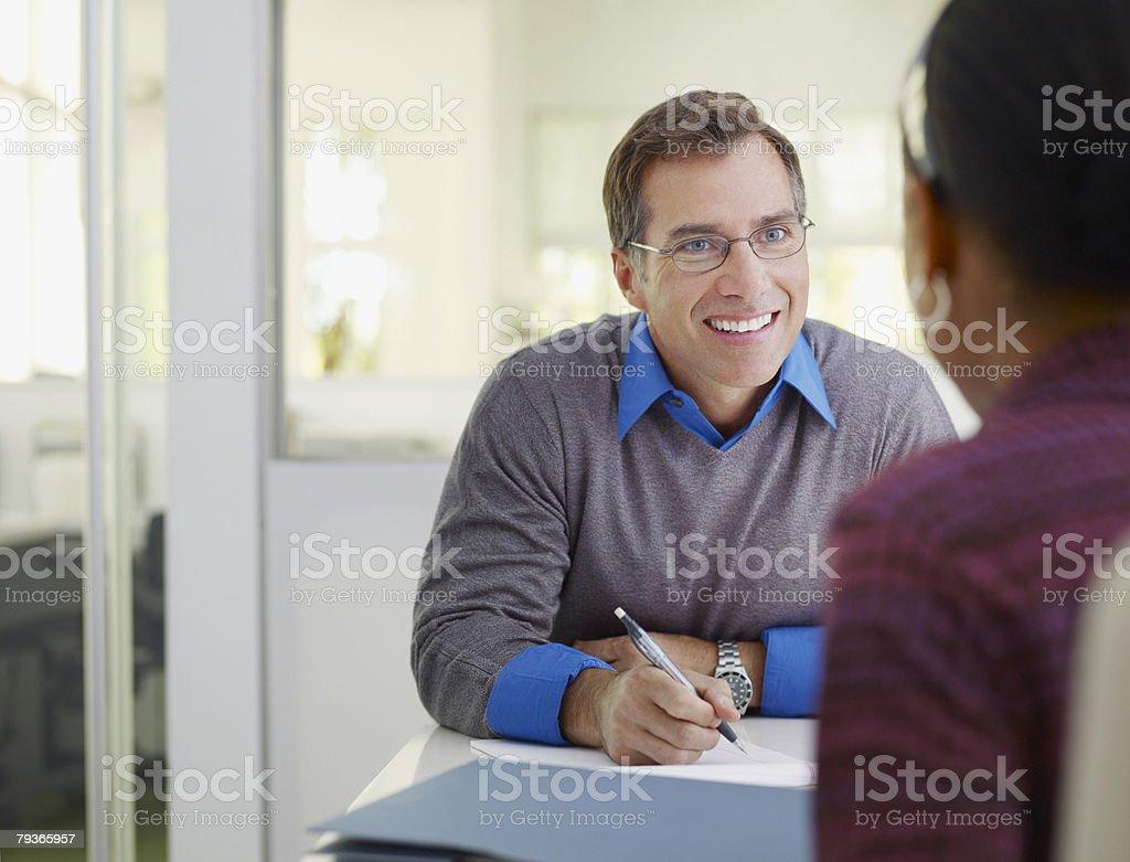 Zwei Geschäftsleute in Büro mit Notizblock – Foto