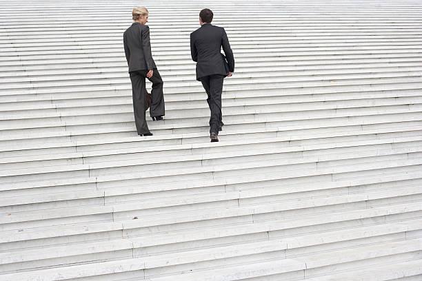 zwei geschäftsleute im freien weg treppe - der nächste schritt stock-fotos und bilder