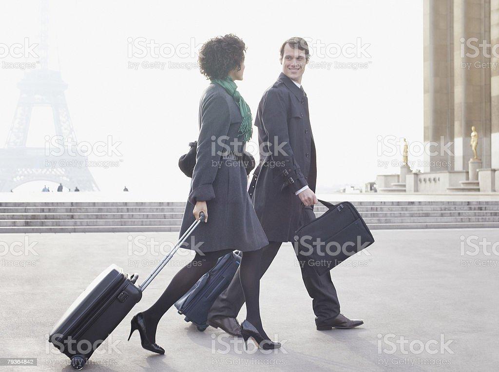 屋外席とお荷物 2 つのビジネスマン、エッフェル塔 ロイヤリティフリーストックフォト