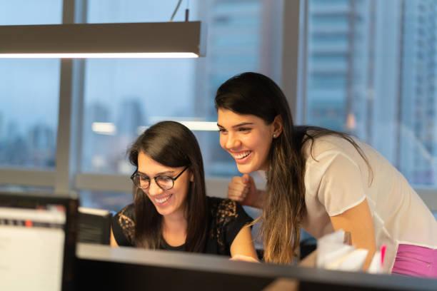 Dos reunión empresaria en oficina - foto de stock