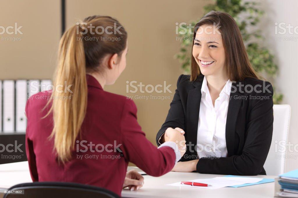 Zwei Geschäftsfrauen Handshake im Büro – Foto
