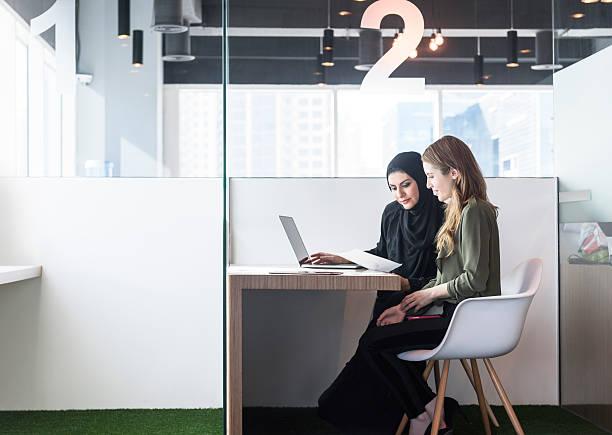 two businesswomen in office cubicle, dubai, uae - emirati woman 個照片及圖片檔