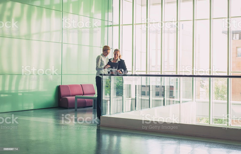 Two businesswomen in the office building – Foto