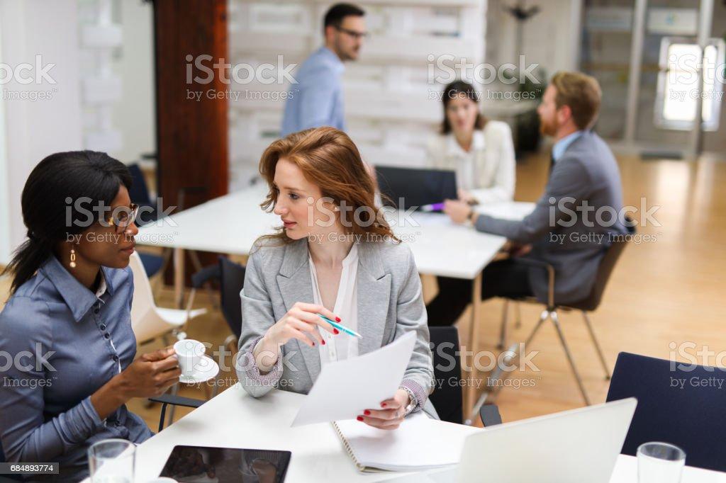 Zwei Geschäftsfrauen Geschäftsberichte im Büro zu überprüfen. Lizenzfreies stock-foto