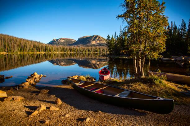 zwei kanus auf einem ruhigen see - boundary waters stock-fotos und bilder