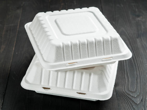 two cardboard lunch box on wooden background - biodegradabile foto e immagini stock