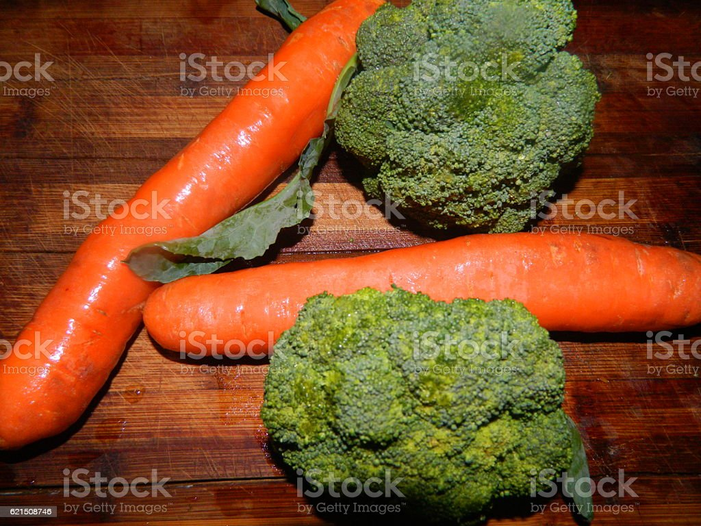 Two carrots and two broccoli photo libre de droits