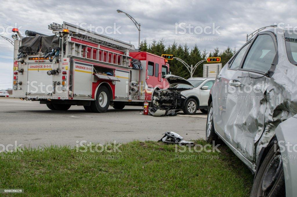 Zwei Autos stürzte bei Unfall mit Feuerwehrauto hinter – Foto