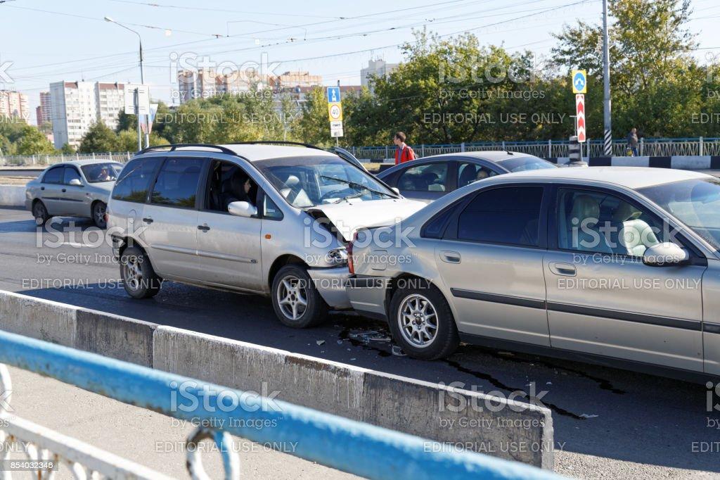 Zwei Autos in einem Autounfall auf der Straße – Foto