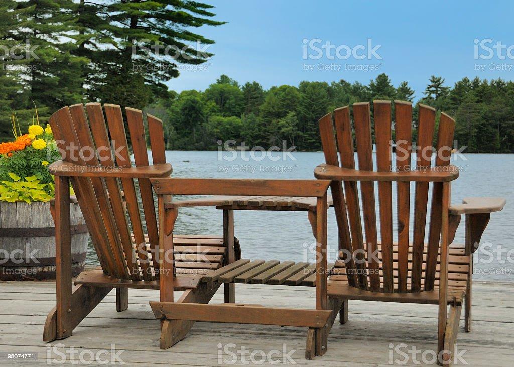 Due sedie a sdraio sul ponte di cedro Lago foto stock royalty-free