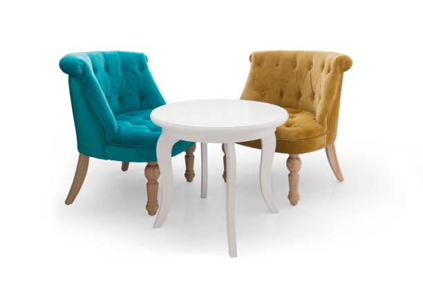 weißen Tisch und zwei Stühlen – Foto