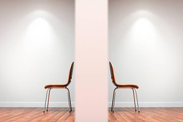 Dos sillas dividido por pared - foto de stock