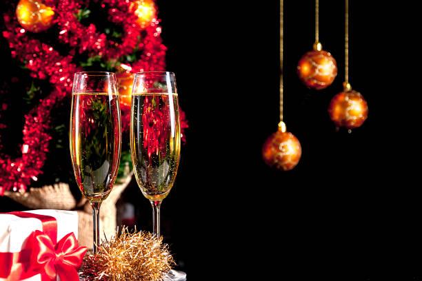 Dos copas de champagne y regalos de Navidad - foto de stock