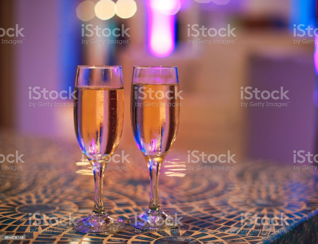 Twee champagne glazen op tafel - Royalty-free Alcohol Stockfoto