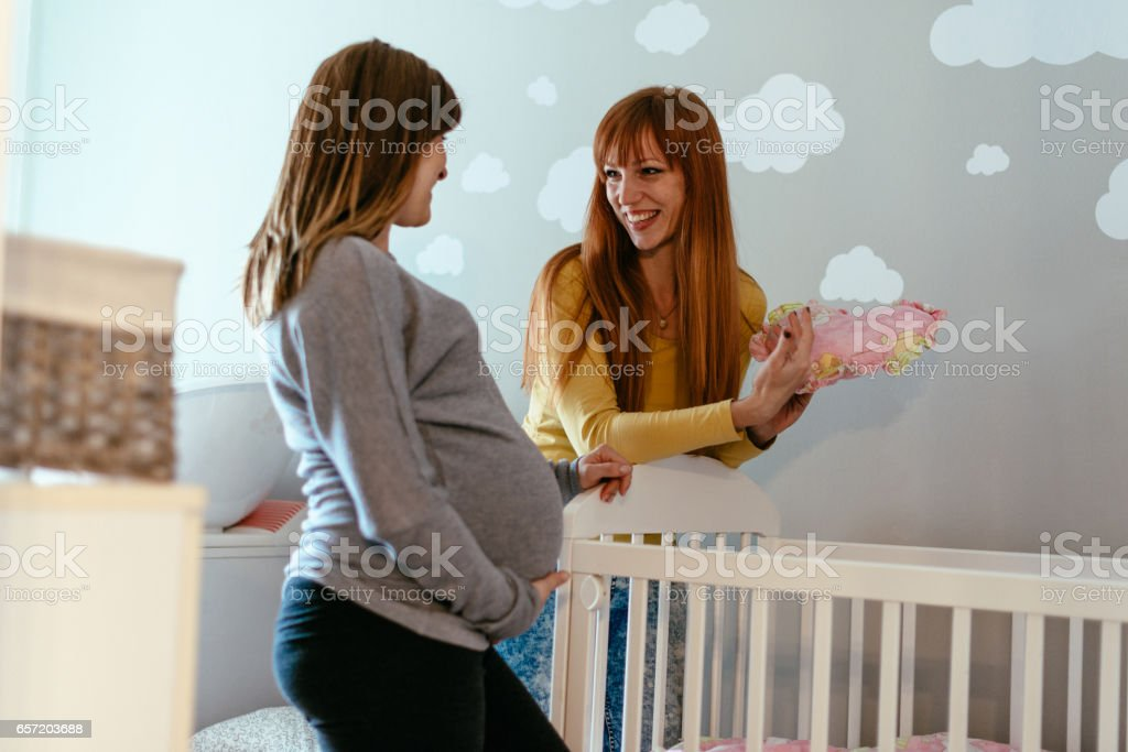 Dos amigas encantadoras, una mujer está embarazada en la última etapa del embarazo - foto de stock